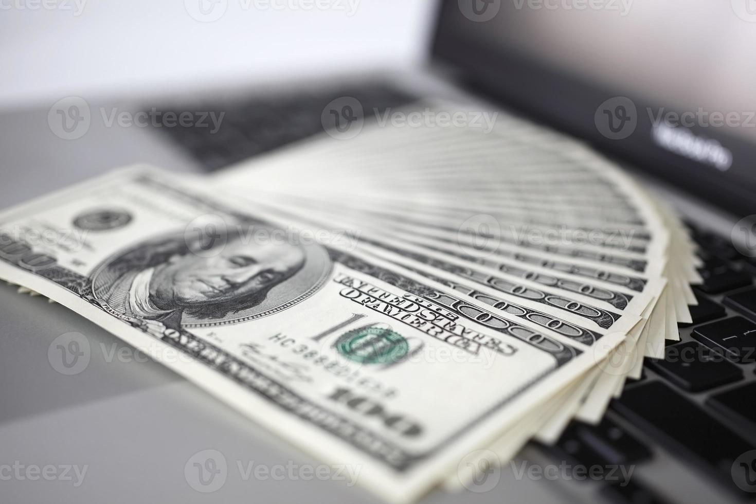 datortangentbord och pengar foto