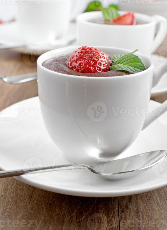 chokladmousse med jordgubbar foto