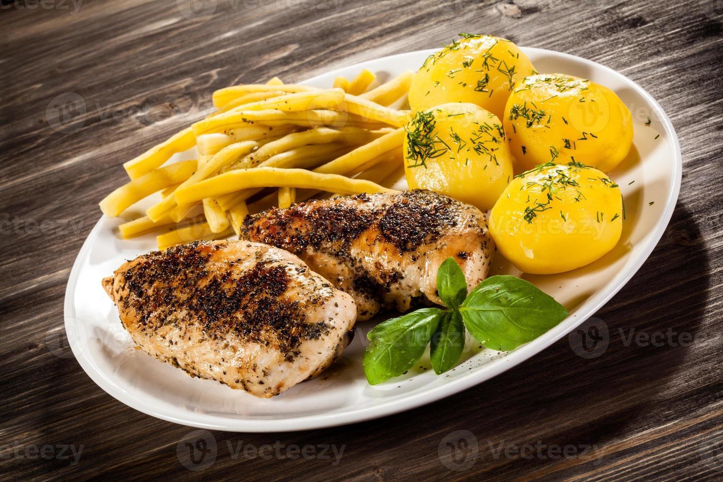 stekt kycklingbröst och grönsaker foto