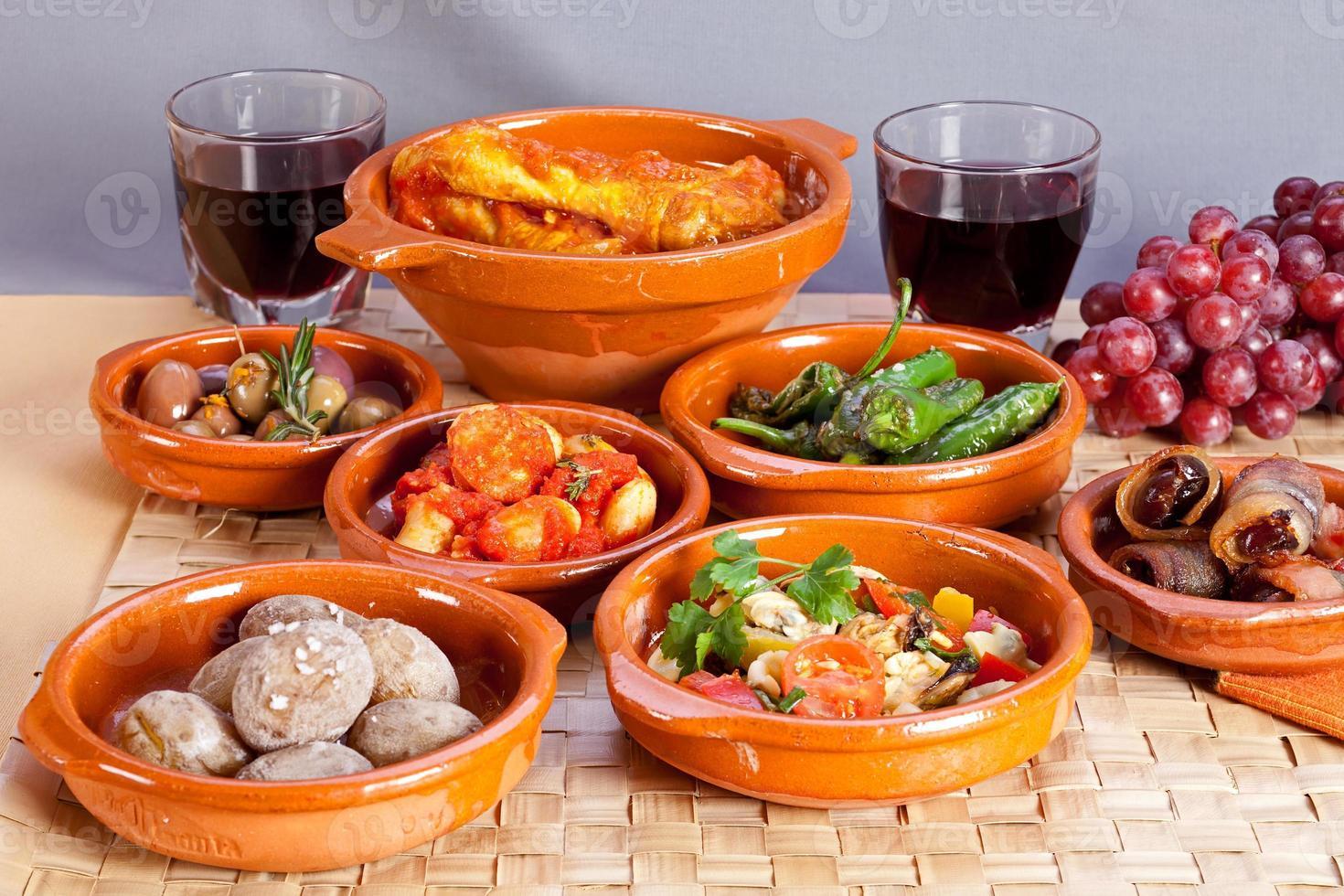 samling spanska tapasmat i terrakotta skålar. foto
