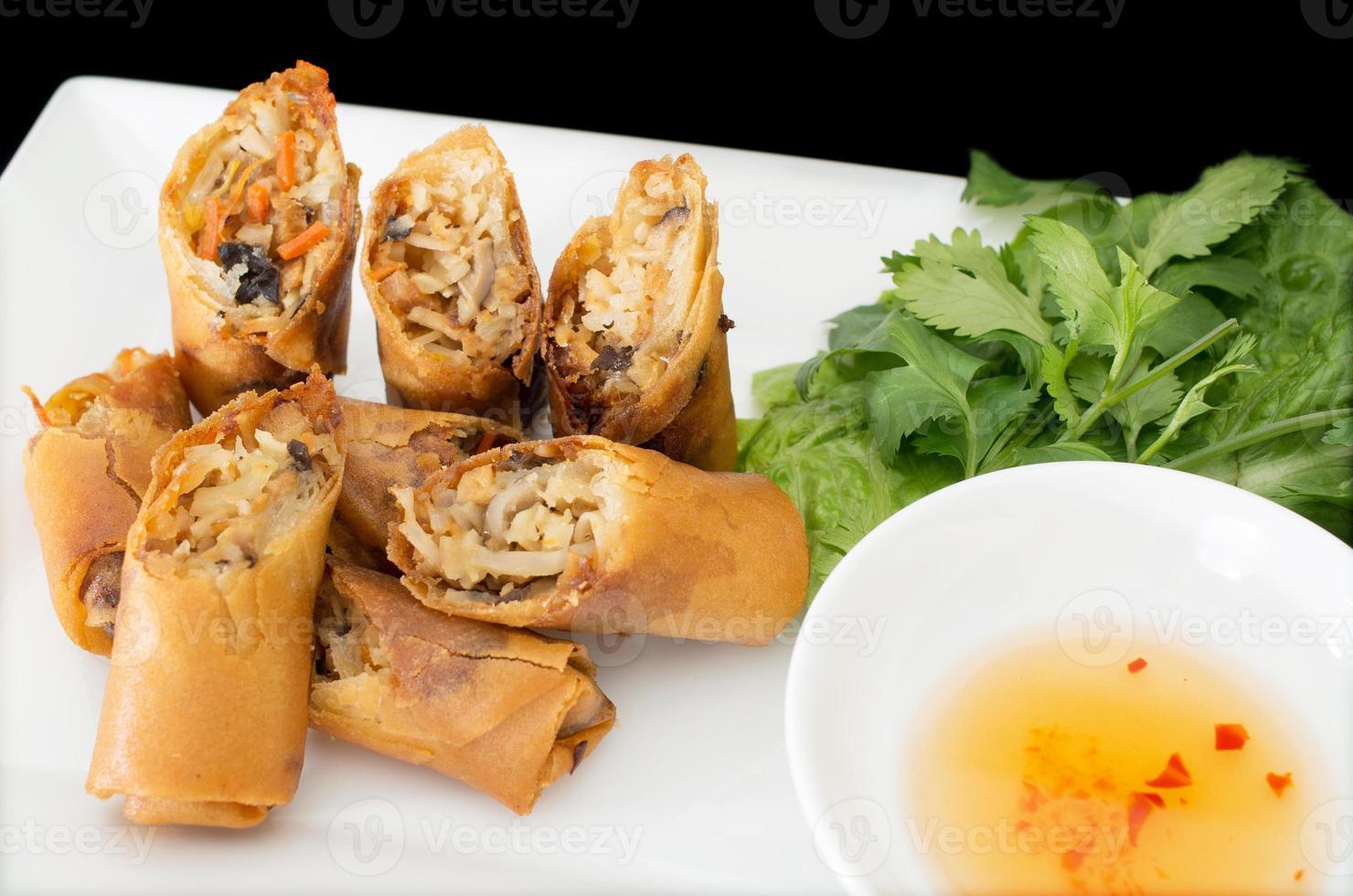 vietnamesiska vegeratiska äggrullar, cha gio chay på svart bakväxt foto