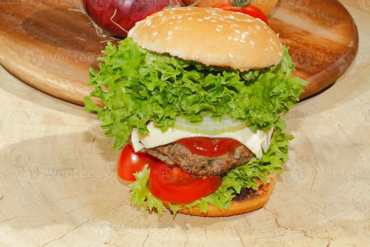hamburgare, snabbmat, hamburgare, hamburgare, sallad, tomat, ost, gurka foto
