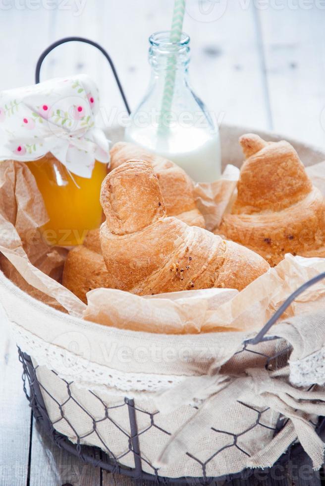 färska franska croissanter foto