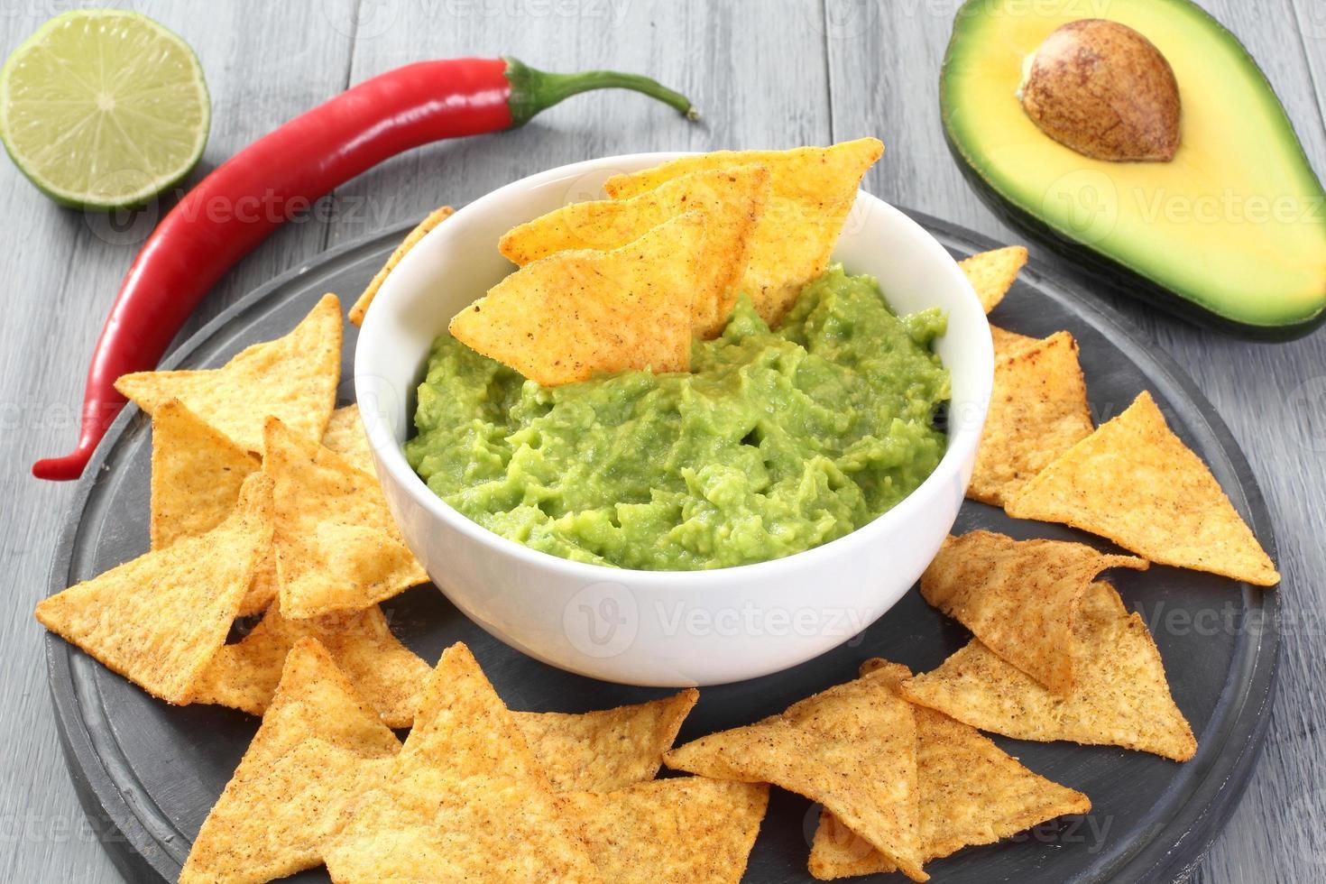 guacamole avokado och nachos foto