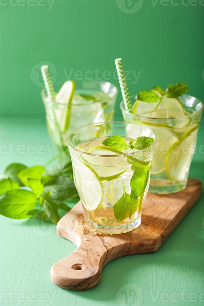 mojito cocktail och ingredienser över grön bakgrund foto