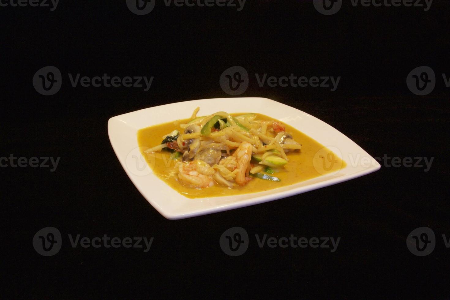 thailändsk kokosnöt röd currysås med räkor foto