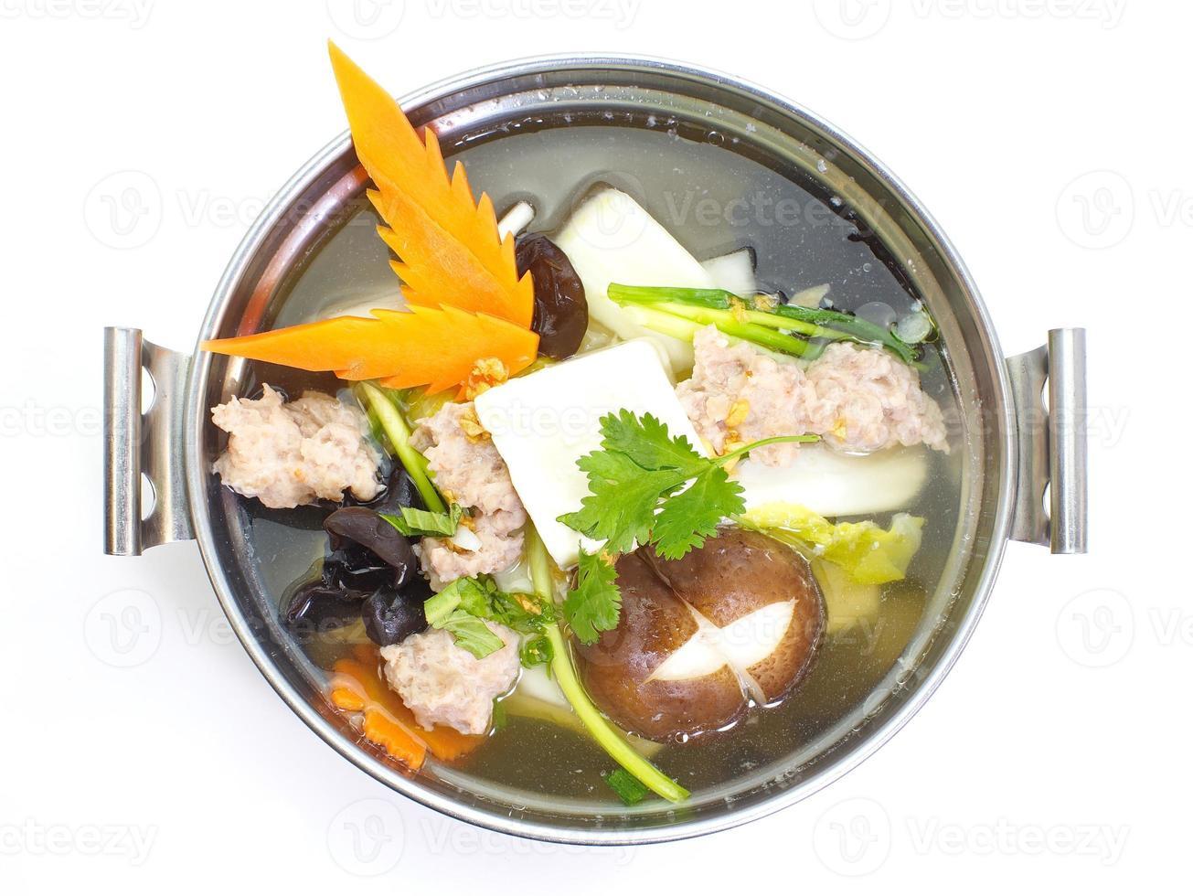 mild soppa med grönsaker, fläsk, svamp och bönor foto