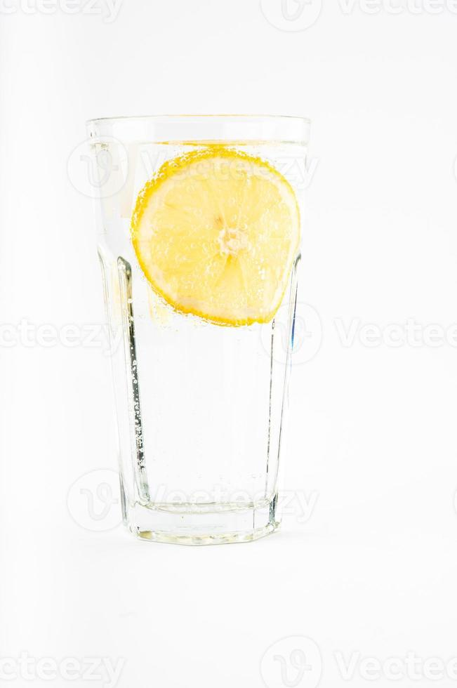 glas vatten med citron foto