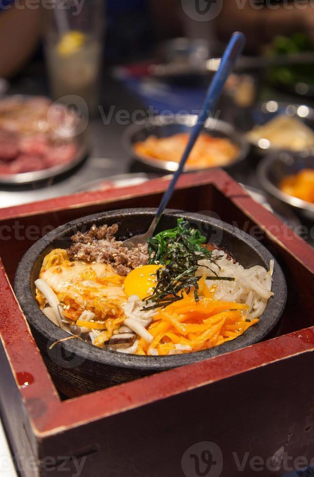 koreanska bibimbap serveras på traditionell varm sten foto