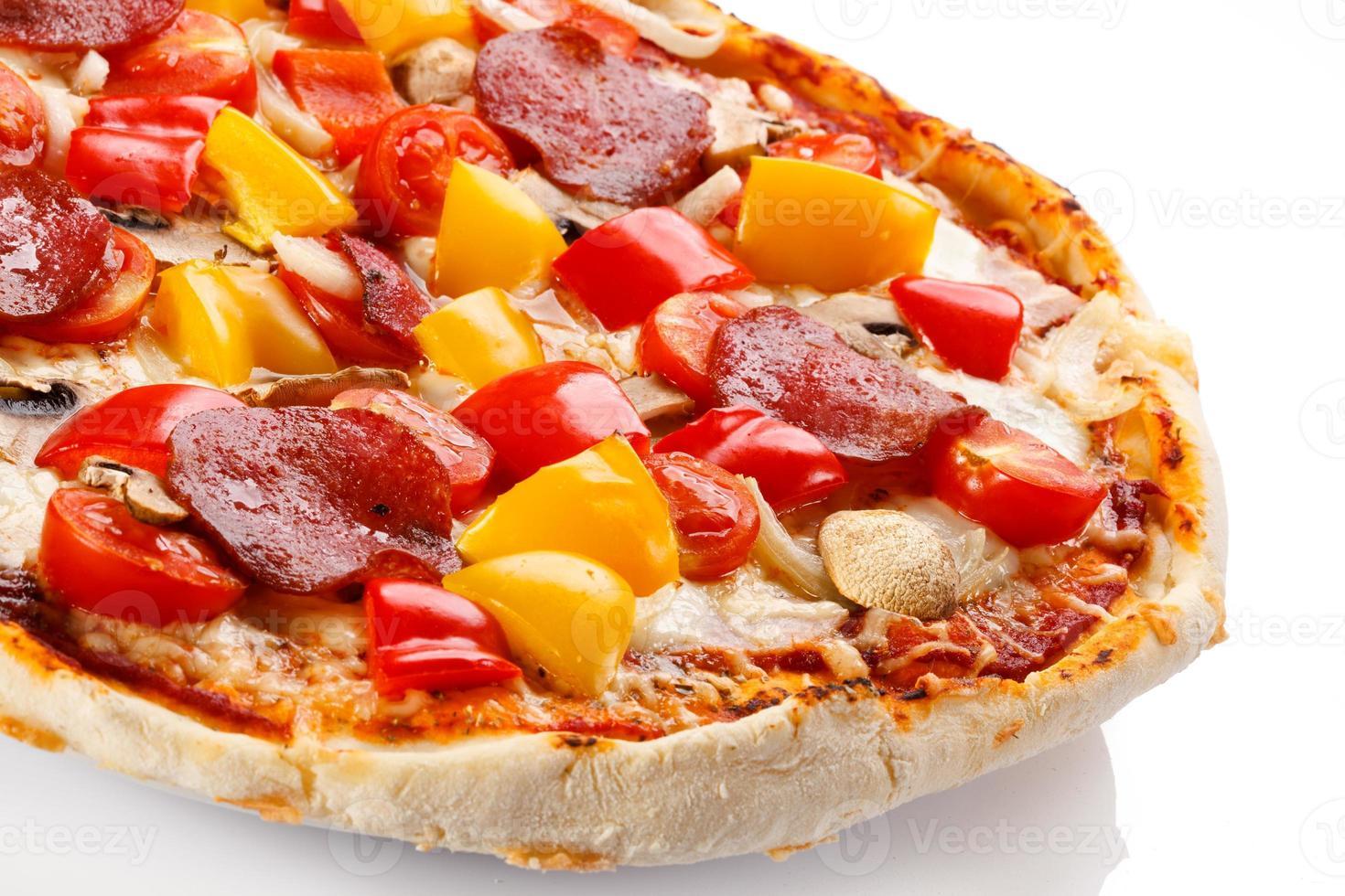 pizza på vit bakgrund foto