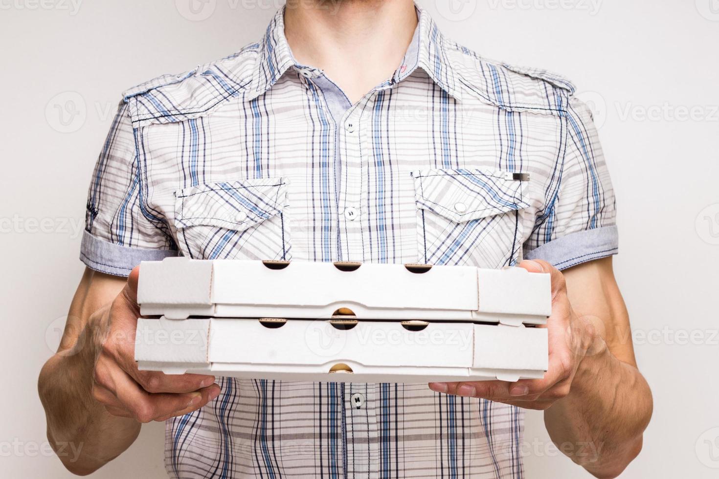 här är din pizza. foto