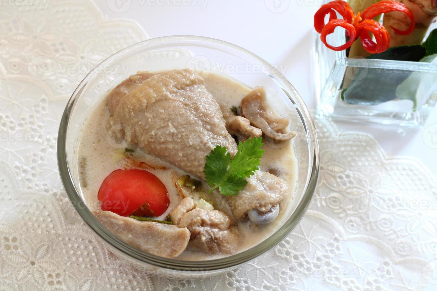 kyckling i kokosmjölk och galangal. foto