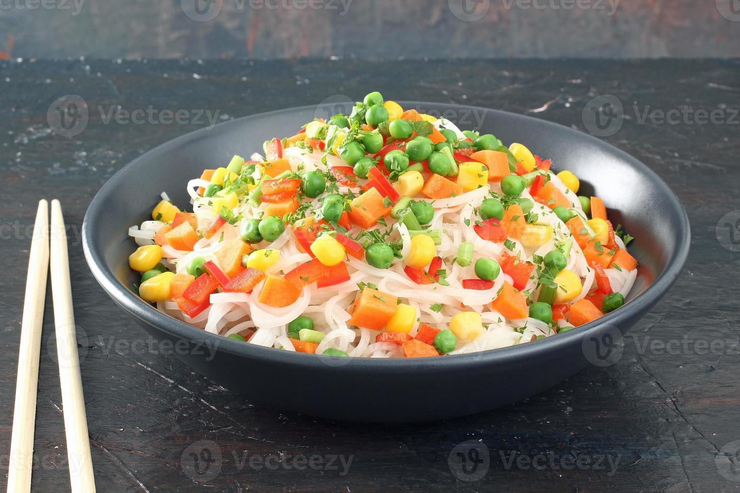 nudlar med grönsaker foto
