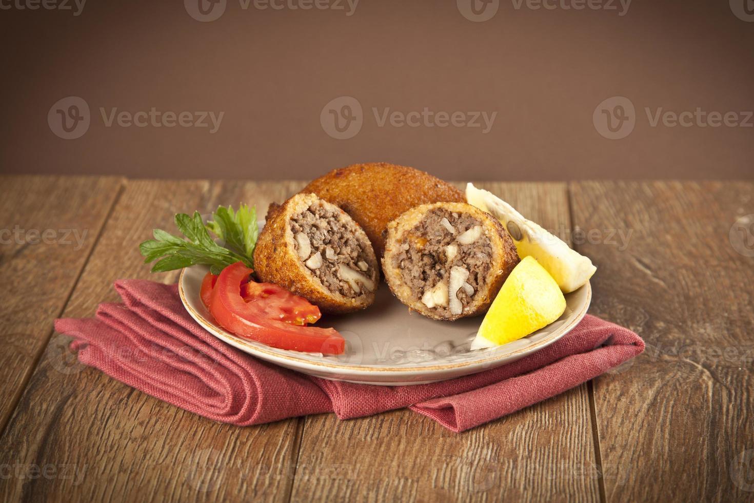 turkisk ramadan mat icli kofte (köttbull) falafel foto