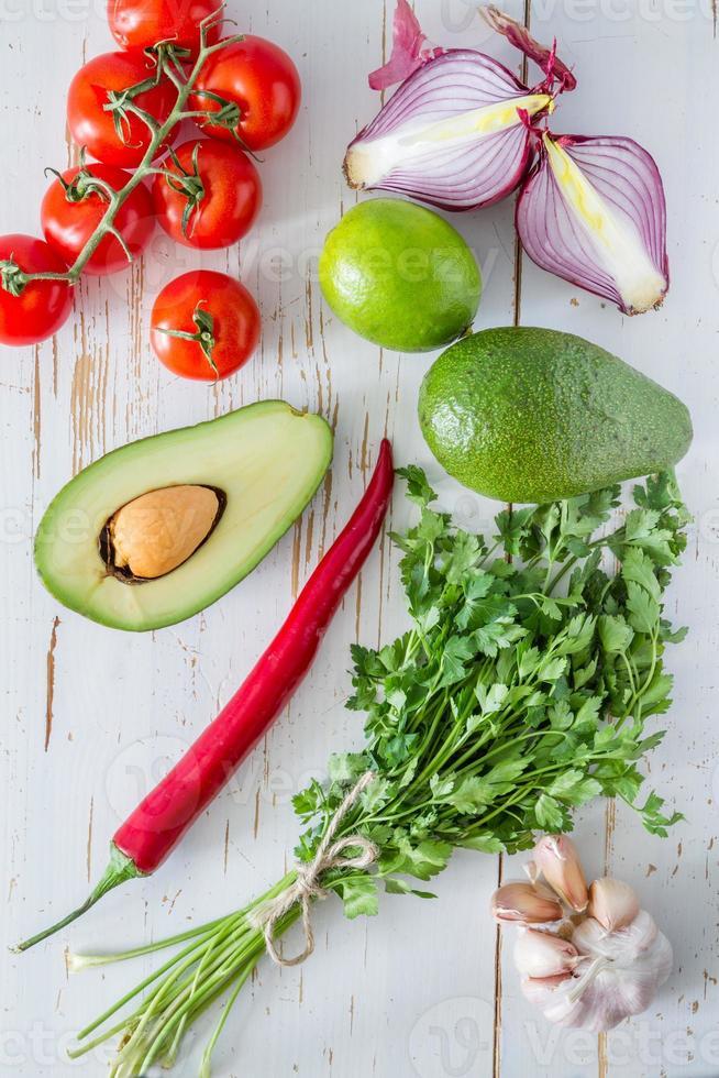 guacamole ingredienser - avokado, tomater, lök, vitlök, lime foto