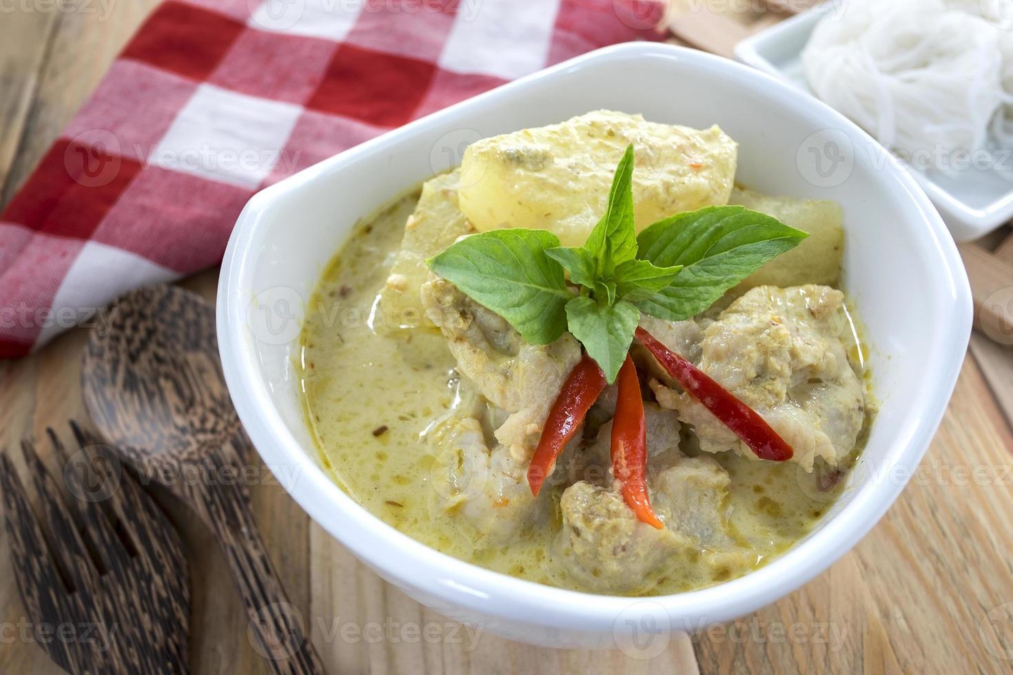 thailändsk mat, grön curry fiskbollar med ris vermicelli. foto