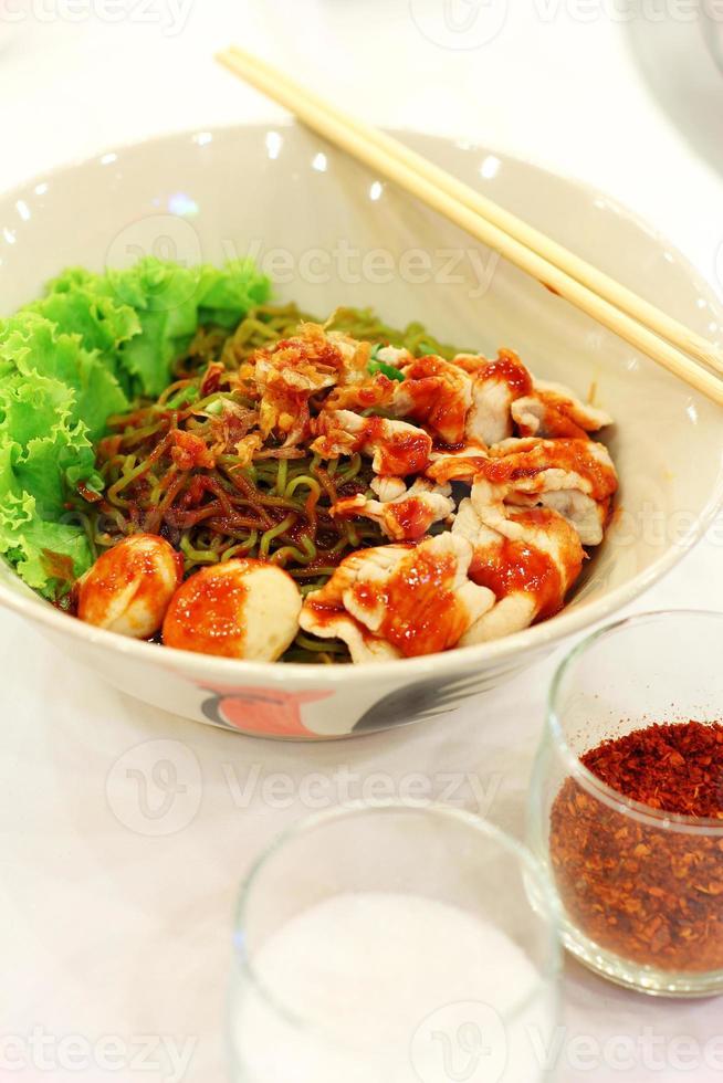 närbild thai kryddig fläsknudel foto