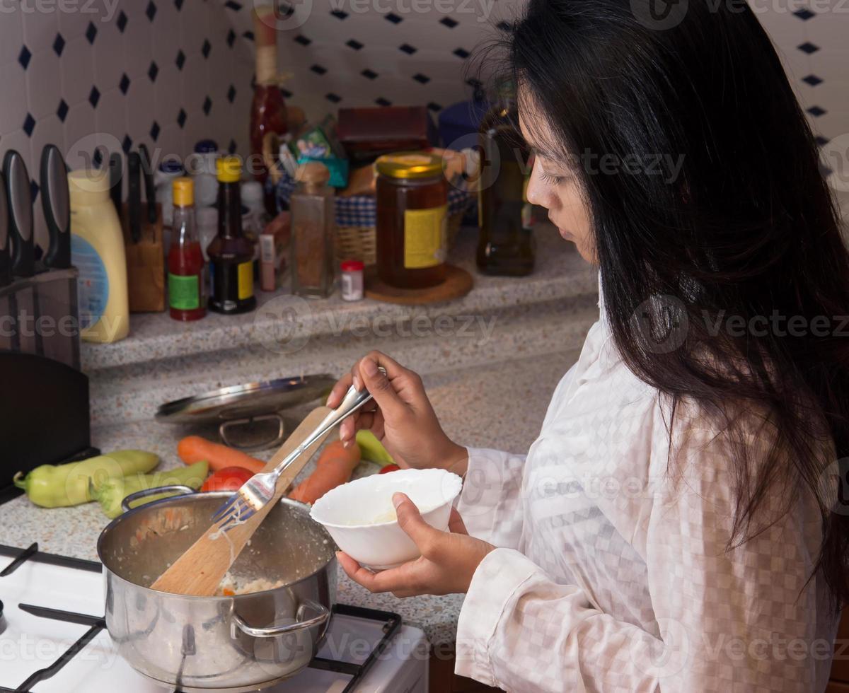 kvinna att laga mat foto