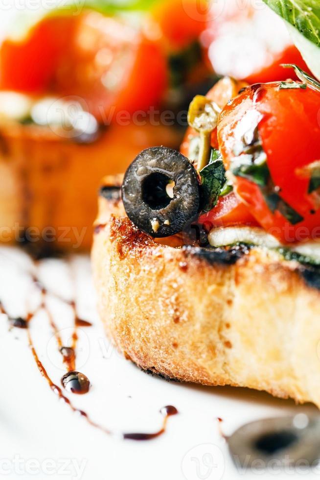 bruschetta med tomat, mozarella och basilika foto