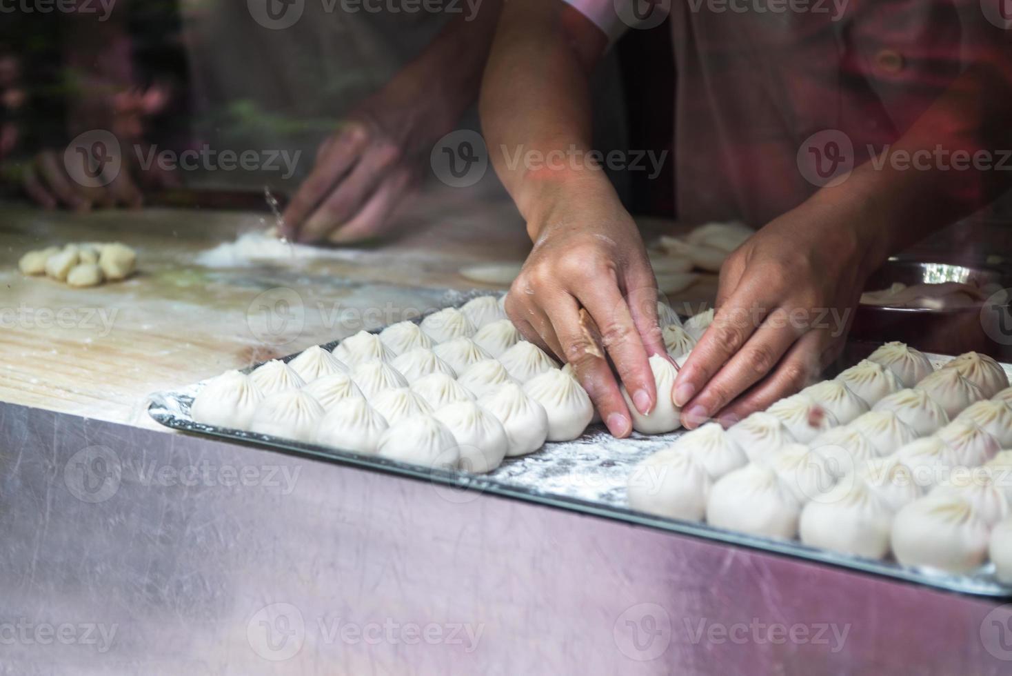 arbetare som gör baozi foto