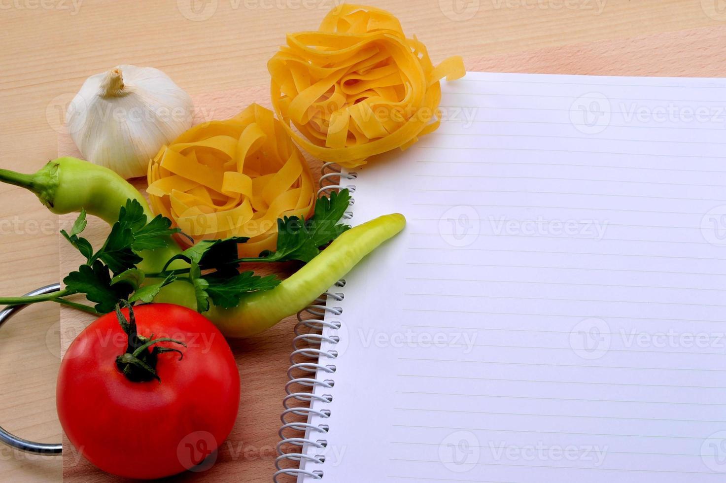 med tom receptbok, tomater, paprika foto