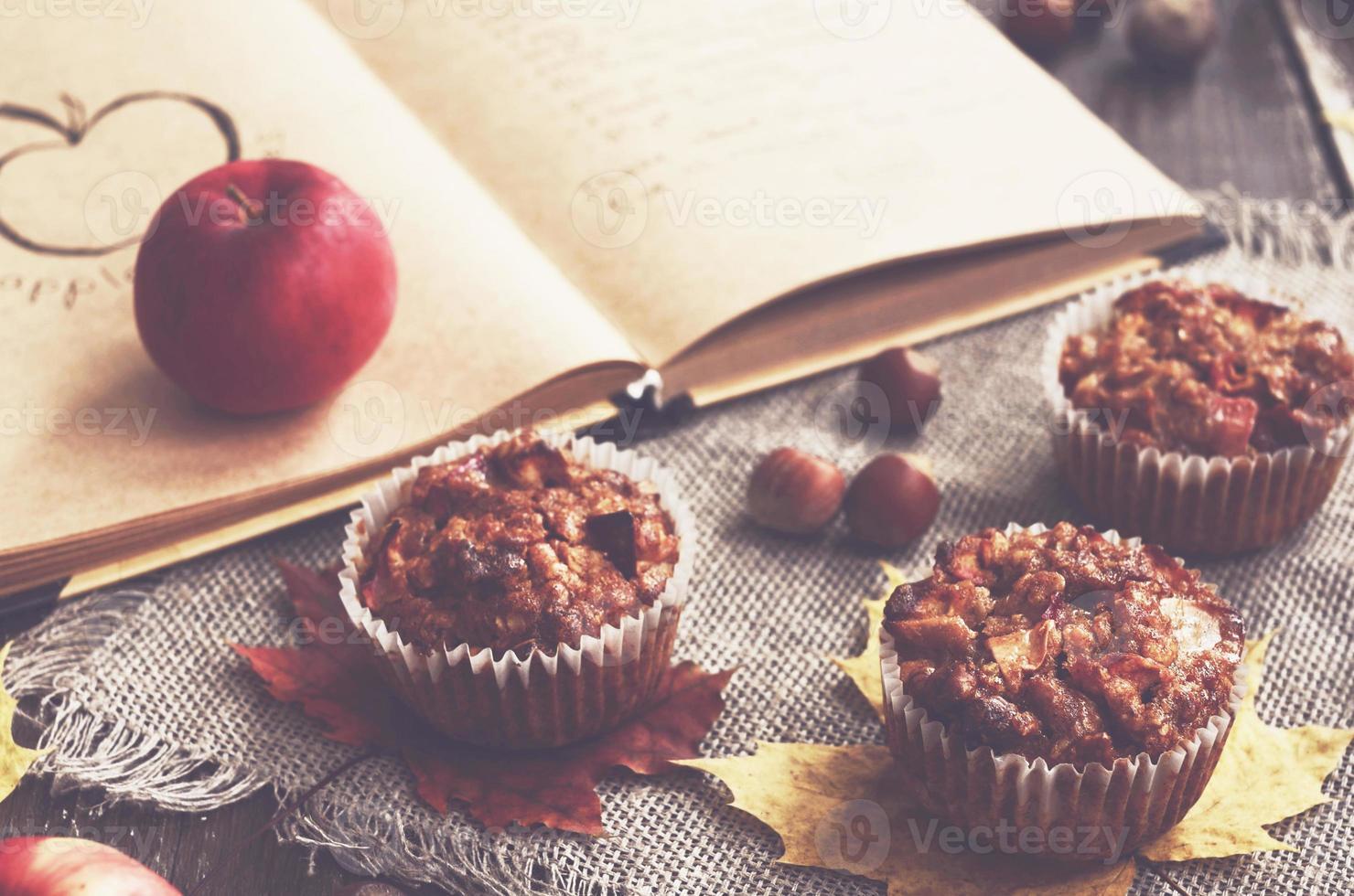 hemlagad äppelmuffins och receptbok foto