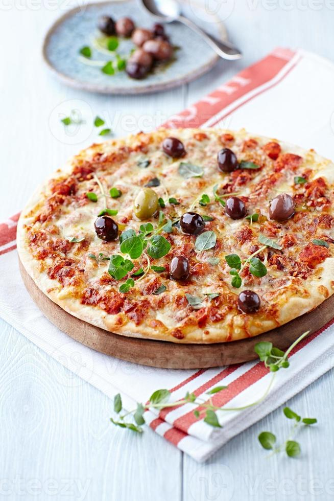 pizza margarita med oliver och oregano foto