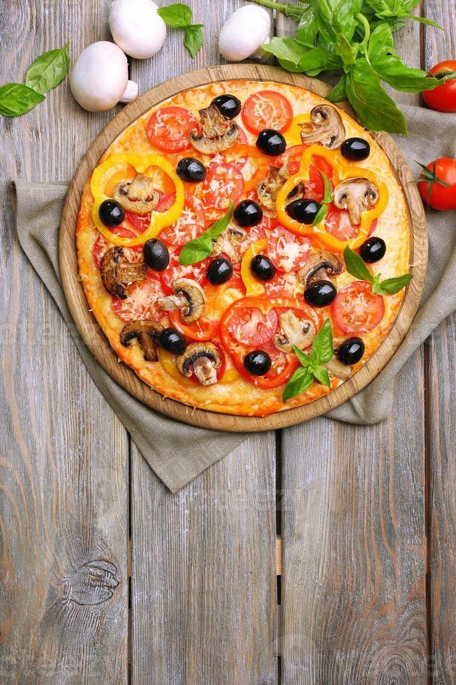 läcker pizza serveras på träbord foto
