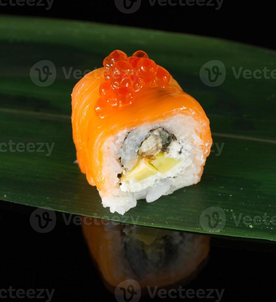 sushi över svart bakgrund foto