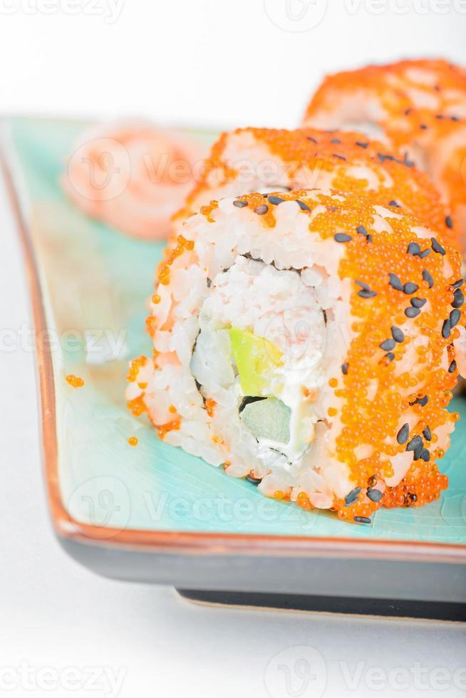 california maki sushi med masago och ingefära foto