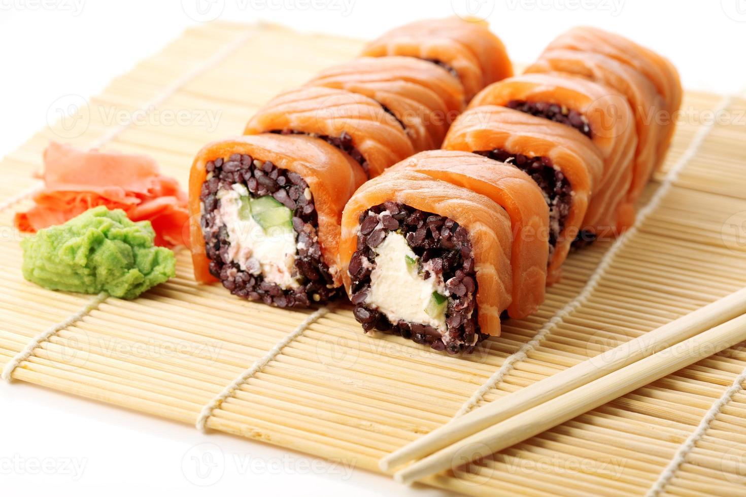 sushi med svart ris foto