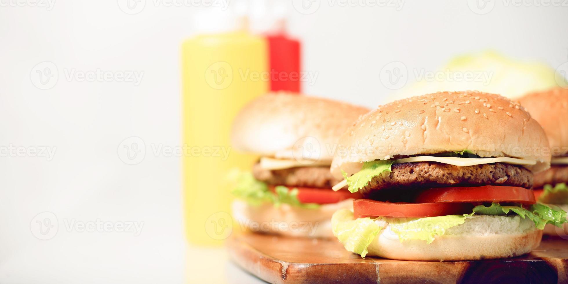 klassiska hamburgare med ost foto