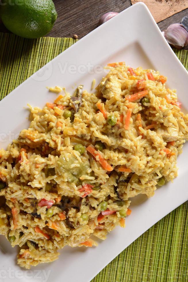 kyckling med ris, lime och currysås foto