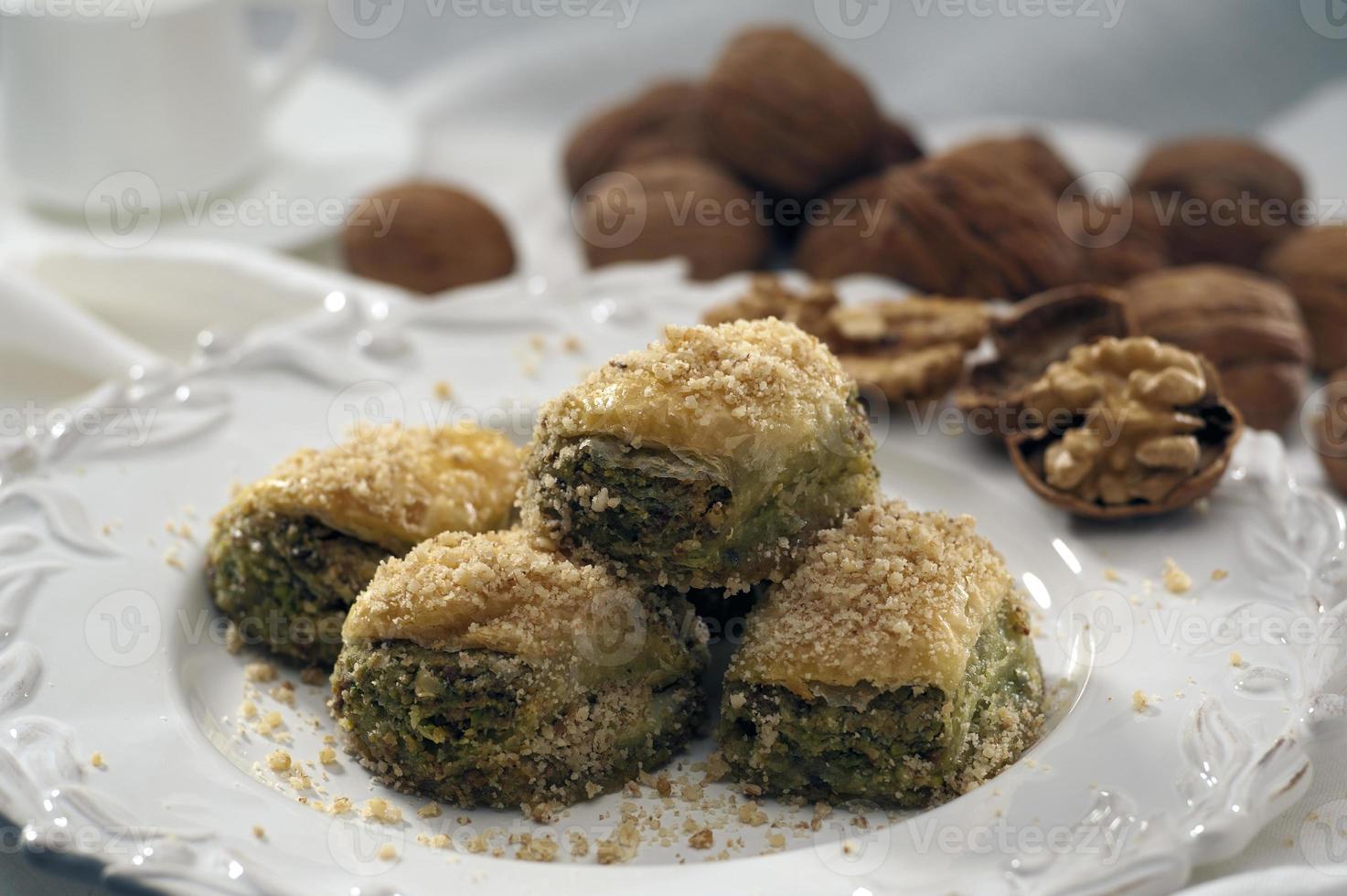 baklava med valnötter och pistascher foto