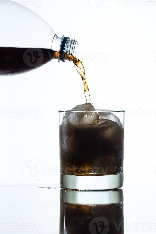 hälla coladrink i glas foto