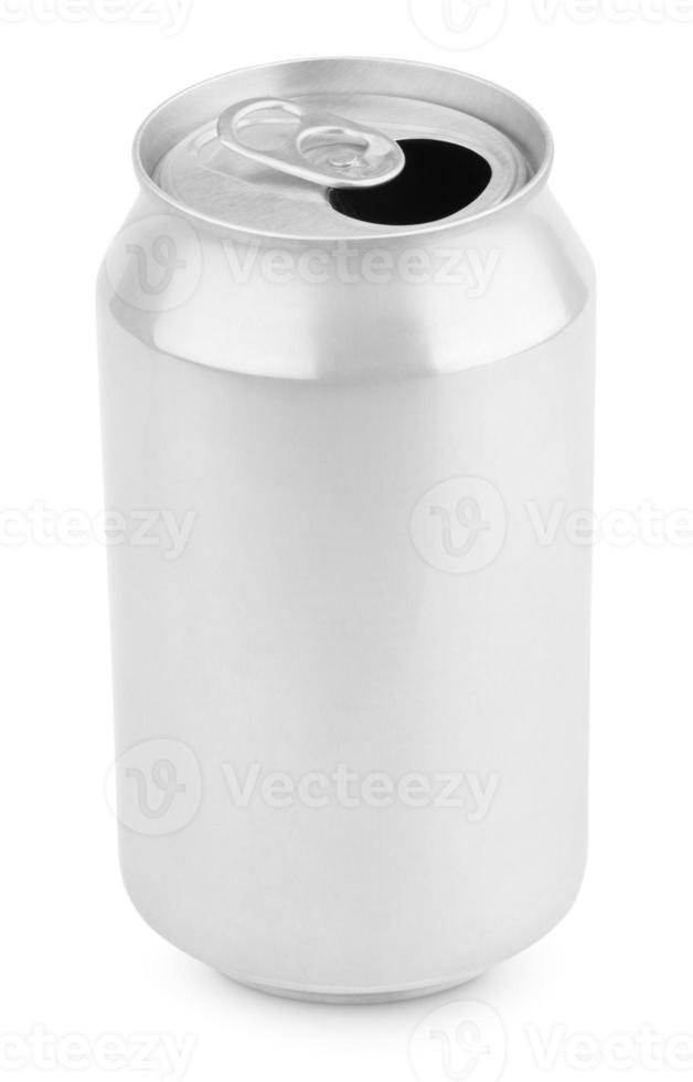öppnad aluminiumsoda kan på vitt foto