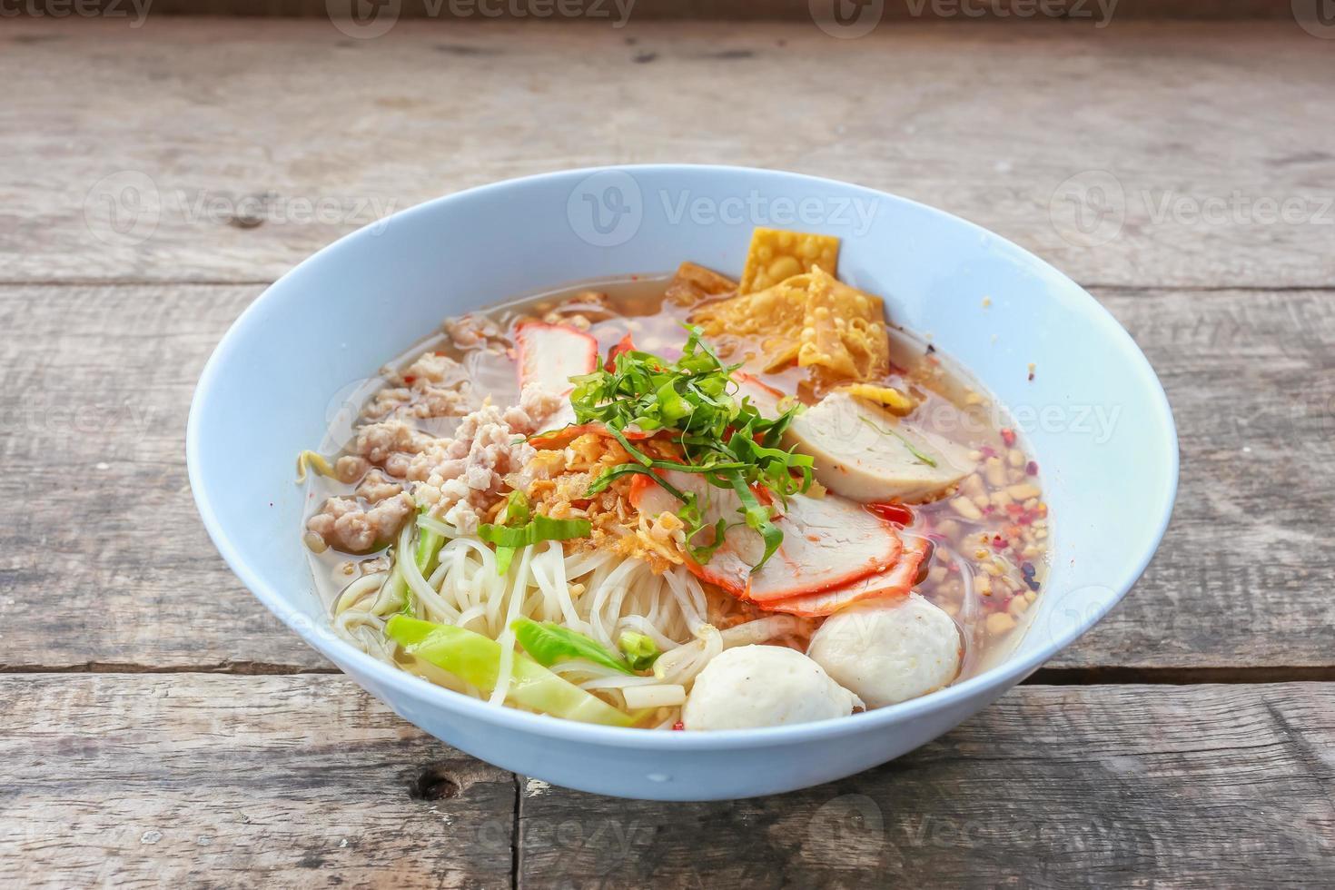 noodle tom yum med fläsk foto