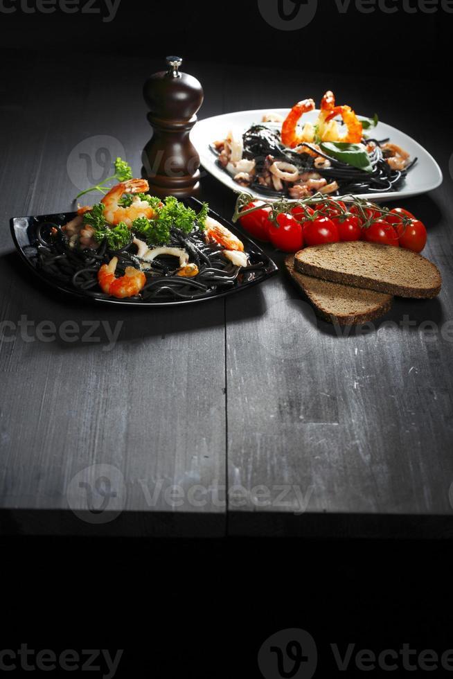 svart spaghetti med skaldjur foto