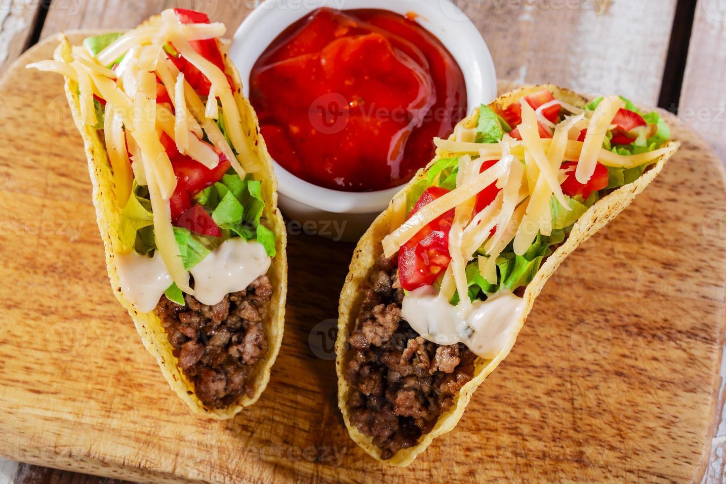 tacos med köttfärs med gröna och tomater foto