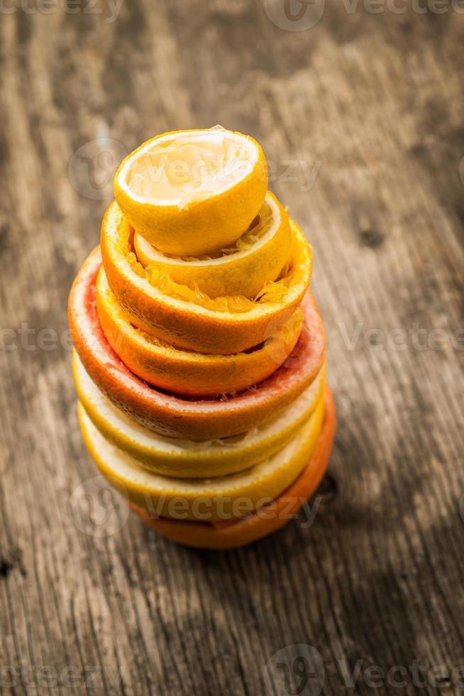 skal av en pressad citrusfrukt foto