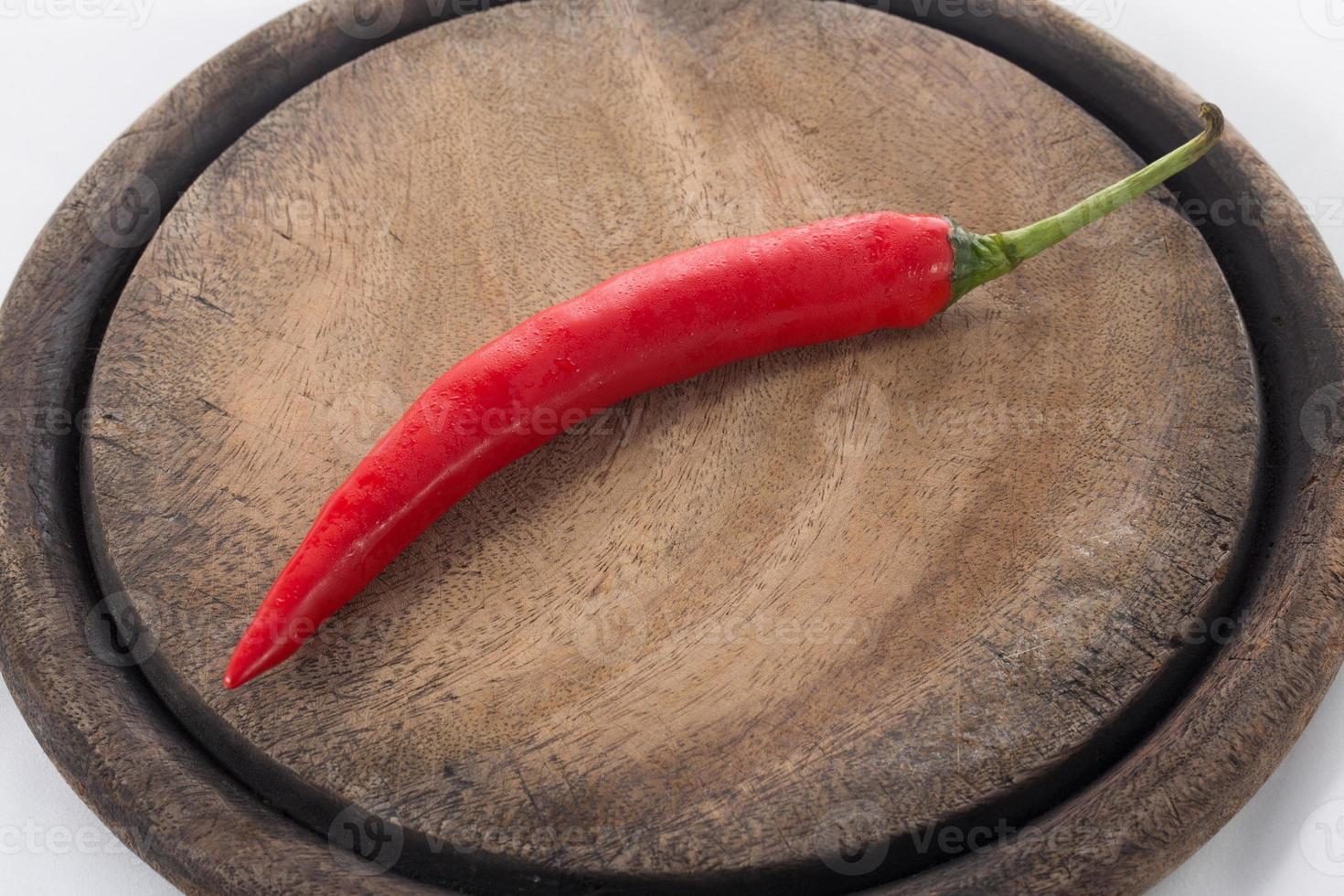 röd chili på hackblock foto