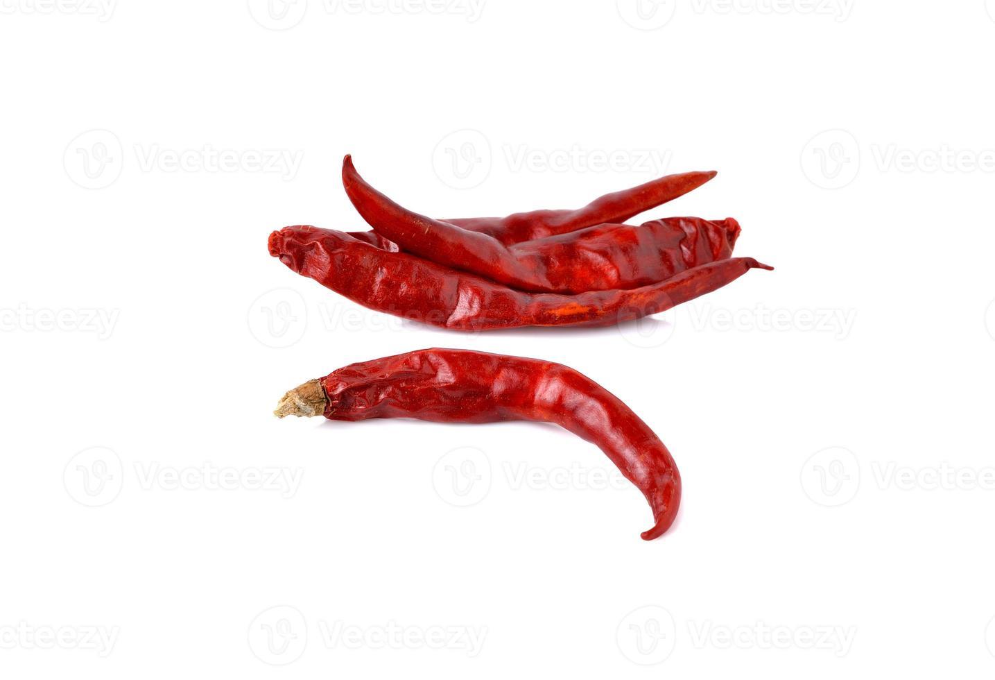 torkade röda heta chilipeppar på vit bakgrund foto