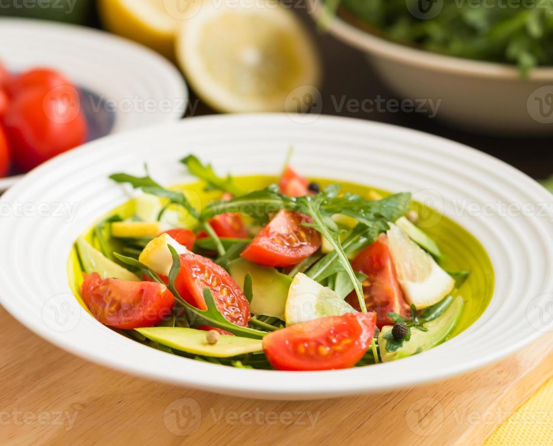 hälsosam mat. färsk sallad av ruccola, körsbärstomater, avokado foto