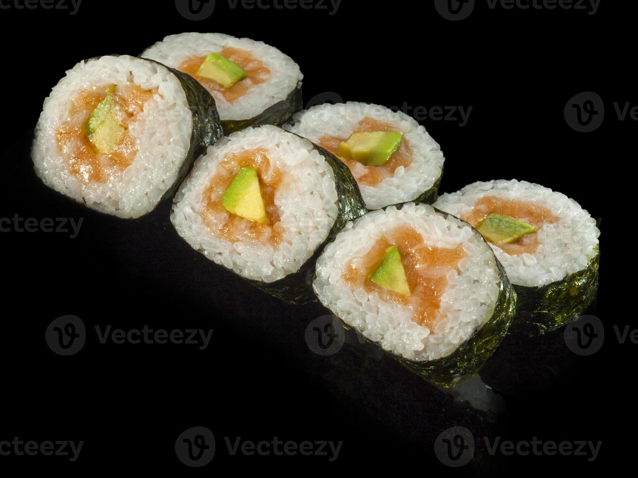 hosomaki sushi med rökt lax, avokado och ris foto