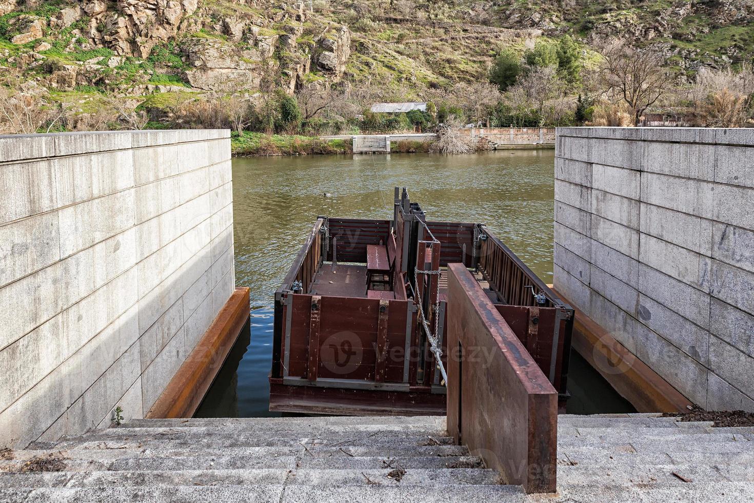barca de pasaje en el rio tajo foto