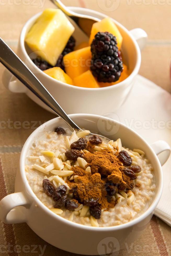 färsk frukt och havremjöl med hälsosamma pålägg till frukost foto