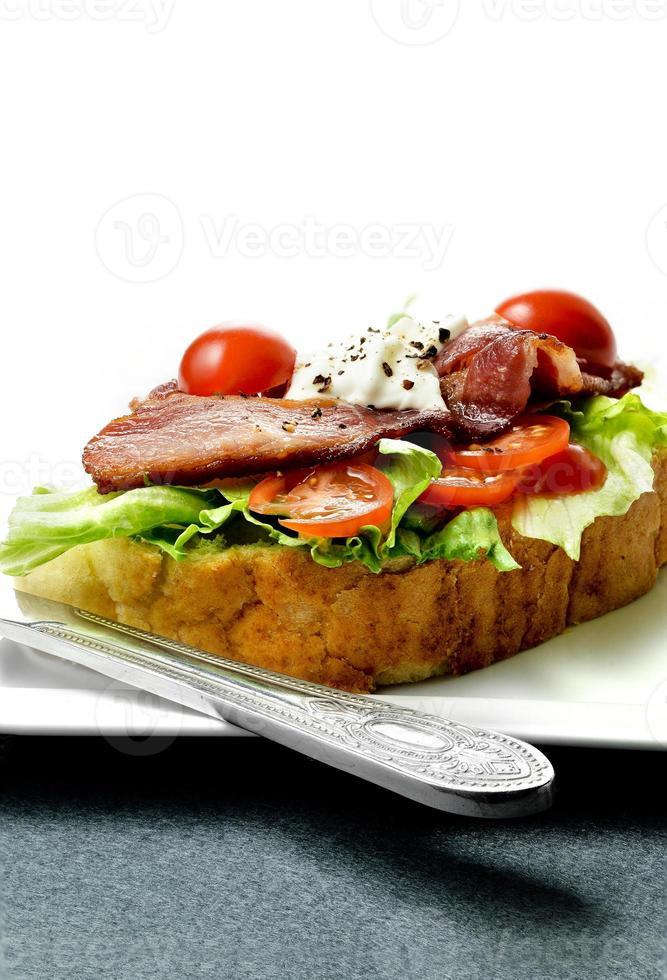 bacon och salladsmörgås foto