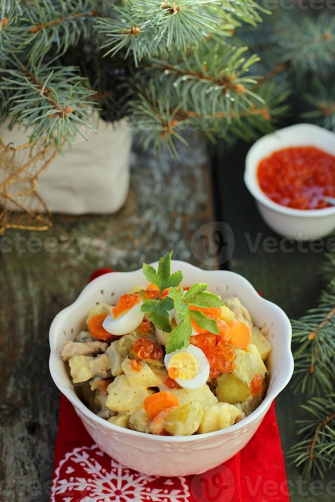 salade olivier, rysk sallad, traditionell rysk nyårsallad foto