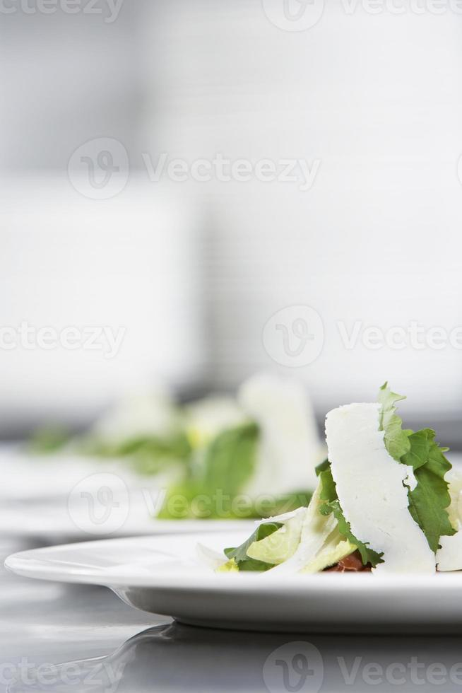 sallad med riven ost på tallrikar foto