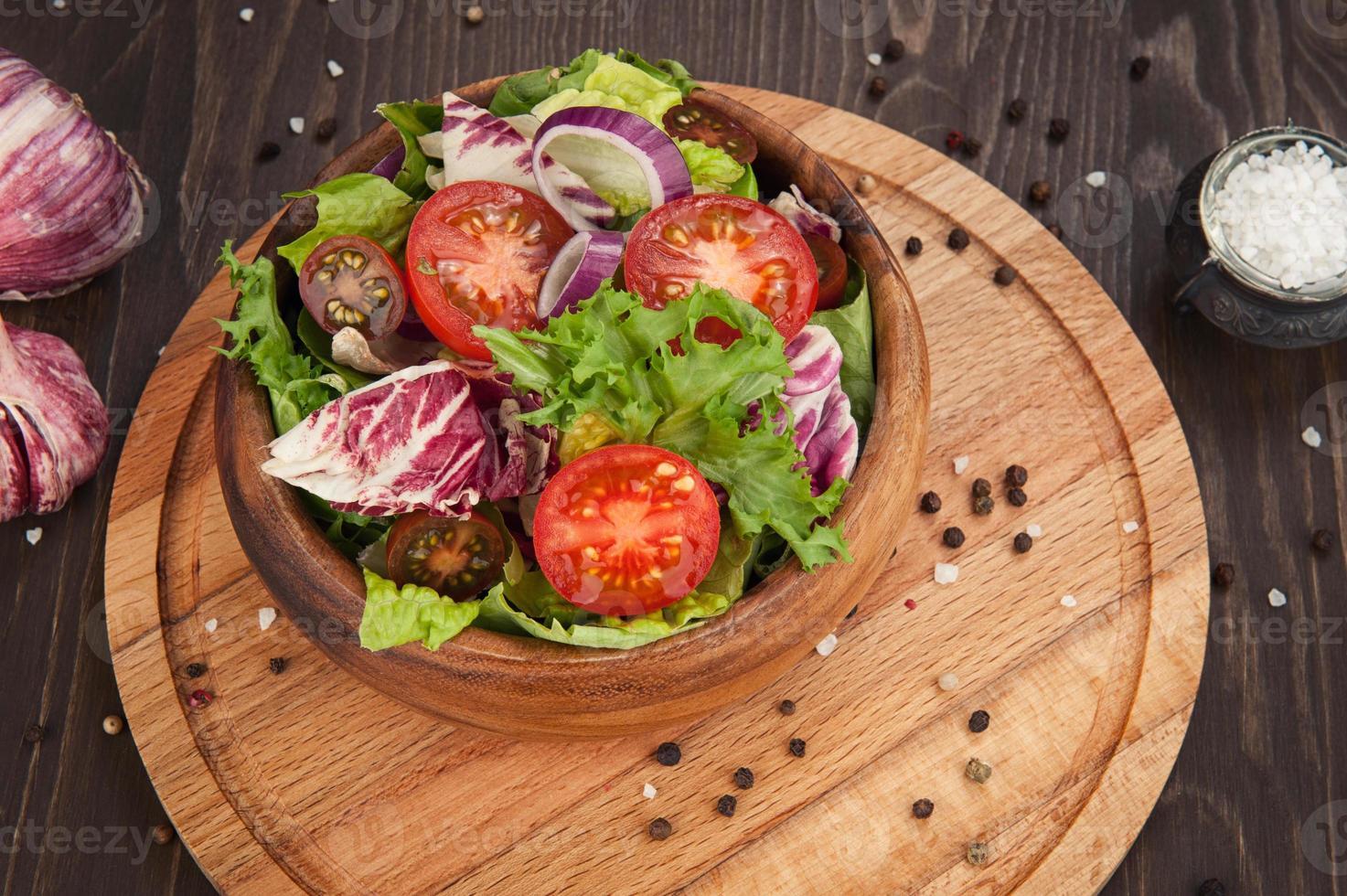 grönsakssallad i skål foto